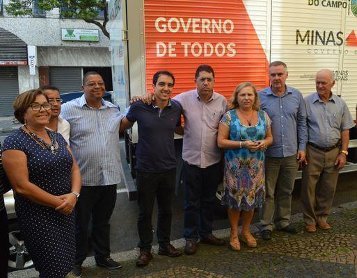Entrega aconteceu em frente à Prefeitura, com presença de várias autoridades