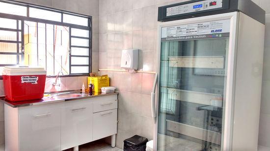 Estrutura inclui câmara fria com gerador de energia, pia, maca e profissional de enfermagem capacitado para atender em sala de vacina