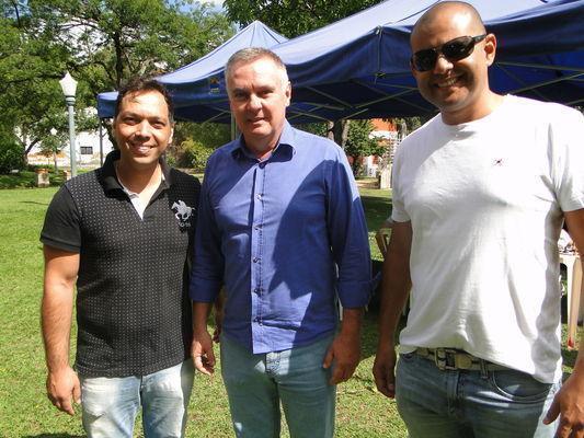 Prefeito entre o presidente do Clube de Xadrez, Jeremias Gonçalves e o secretário de Turismo, Ricardo Fonseca Oliveira