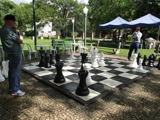 Enxadristas retomam as partidas no Xadrez Gigante