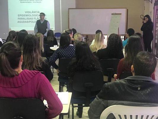 Encontro com profissionais da Atenção Básica e de hospitais foi realizado na Associação Médica de Poços