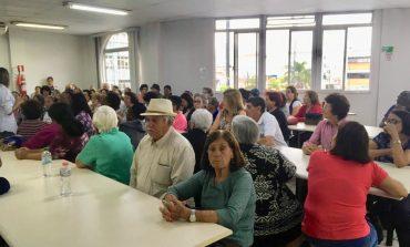 Idosos participam de palestra sobre alimentação saudável