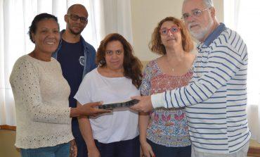 Autarquia Municipal de Ensino recebe doação de acervo do Simpósio do Pensamento Paulo Freire