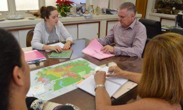 Prefeito confere esboço do Plano Municipal da Infância e Adolescência
