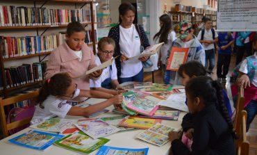 Alunos de Caldas conhecem exposição sobre Monteiro Lobato na Biblioteca Centenário
