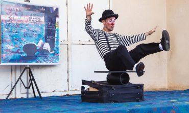 """Projeto """"Mão na lona"""" leva arte circense a escolas municipais"""