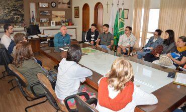Prefeito recebe alunos de Ribeirão Preto
