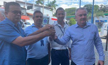 Prefeito entrega três novas ambulâncias para a Saúde