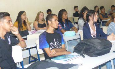 Jovens da Escola Padrão participam de curso de atendente de farmácia