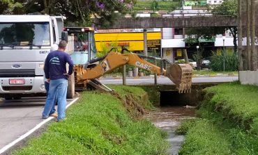Prefeitura realiza limpeza no ribeirão do Parque Municipal