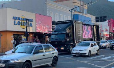 Caminhão audiovisual divulga mensagens de conscientização sobre a Covid-19