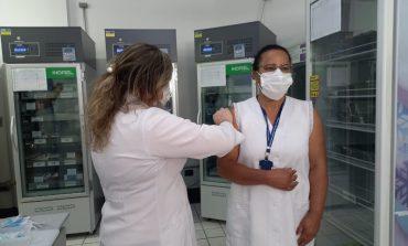 TÉCNICAS EM ENFERMAGEM DO SETOR DE IMUNIZAÇÃO FORAM AS PRIMEIRAS A SEREM VACINADAS EM POÇOS