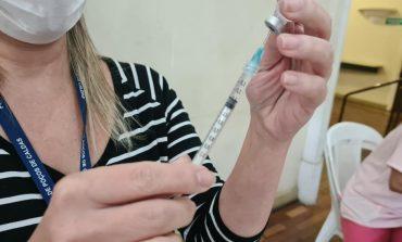 Idosos a partir de 60 anos e profissionais de saúde a partir de 18 anos podem receber a 3ª dose nesta quarta-feira